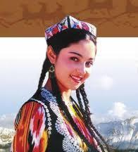 Junge usbekische Frau in traditioneller Kleidung